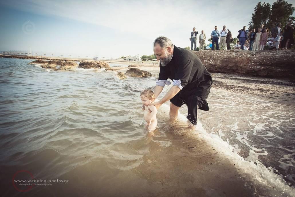 βάφτιση μέσα στη θάλασσα