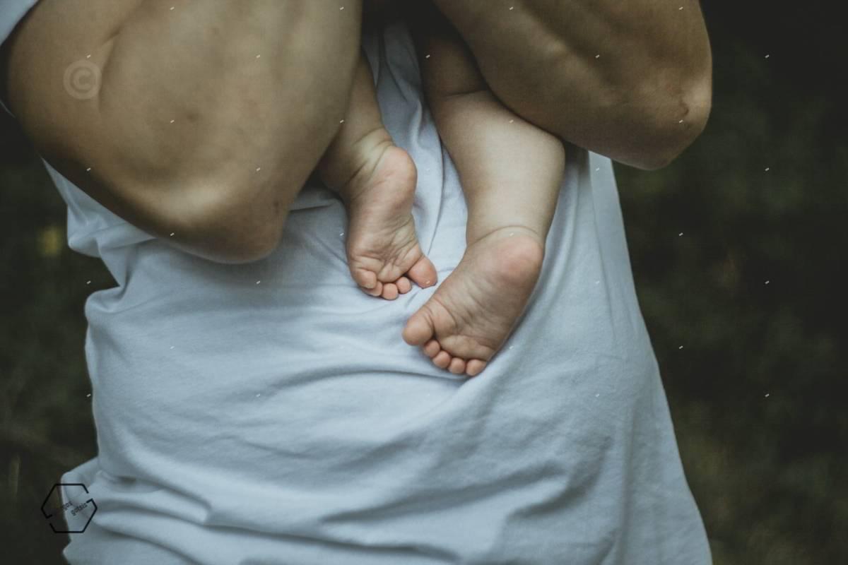 πατουσάκια μωρού σε αγκαλιά