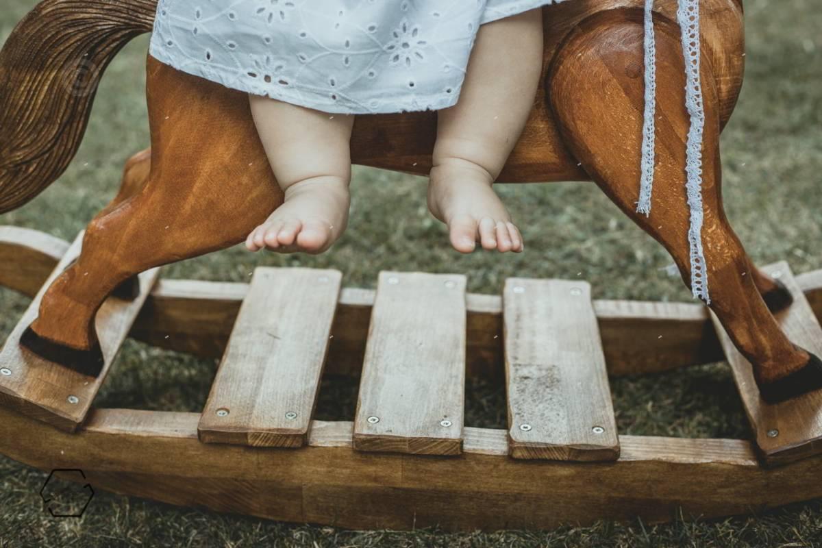 ξύλινο αλογάκι και μωρό