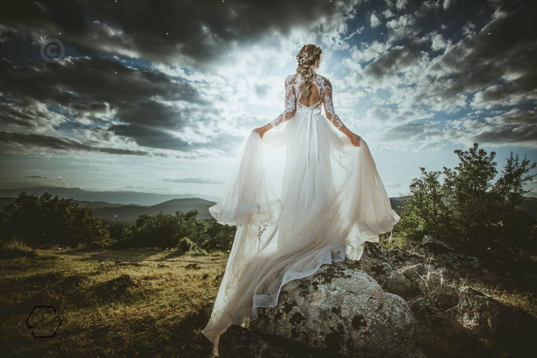 νύφη και νυφικό στη φύση
