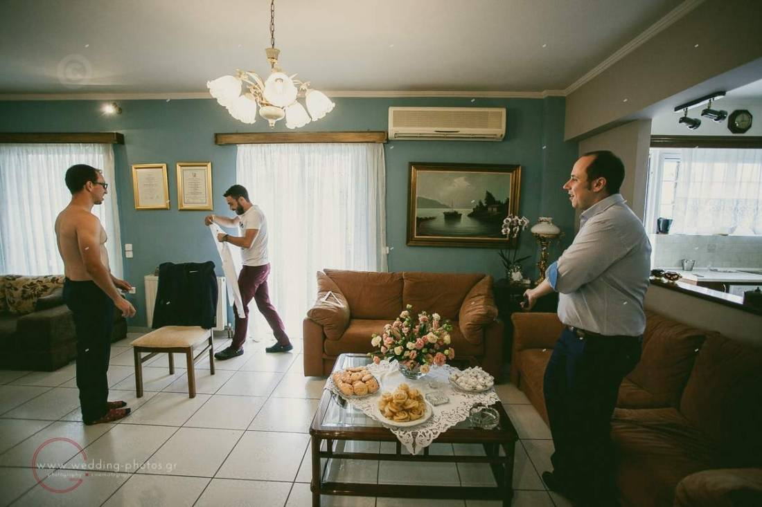φωτογράφιση προετοιμασίας γαμπρού