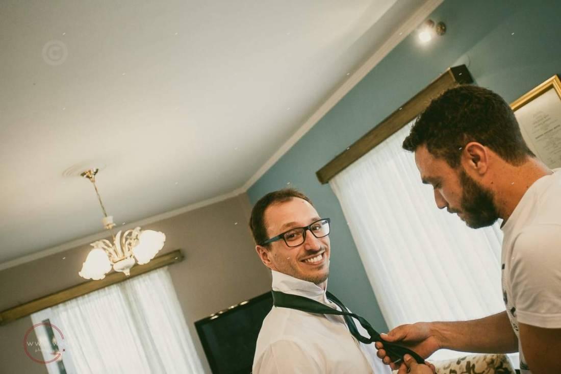 φωτογράφιση προετοιμασίας γαμπρού, γραβάτα