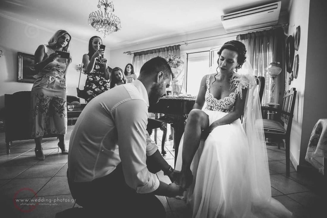 προετοιμασία νύφης, φορώντας τα παπούτσια