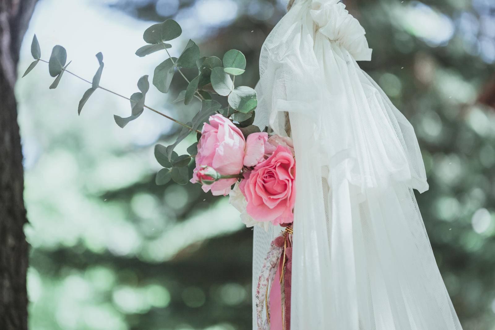στολισμός βάπτισης λουλούδια και ύφασμα