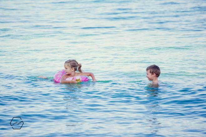 παιδιά στη θάλασσα